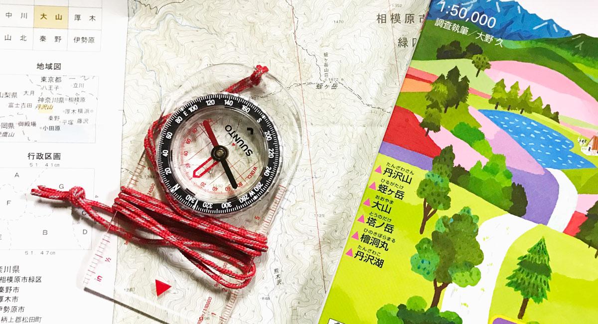 登山用コンパスと地図